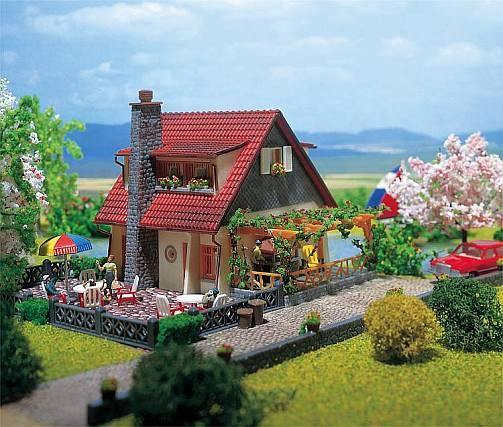 Является связующим звеном дома и сада