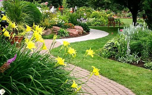 Фен-шуй загородного участка, дорожки в саду, фото