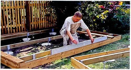 Конструкция деревянной террасы возле пруда