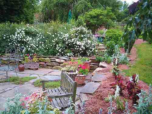 площадка для отдыха в саду - фото