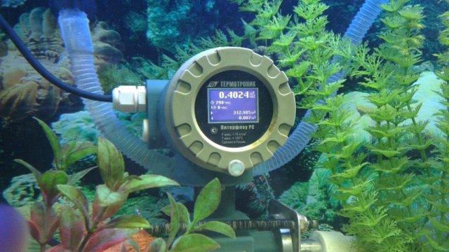 Расходомер Питерфлоу РС работающий в аквариуме с водой – пример надежности.